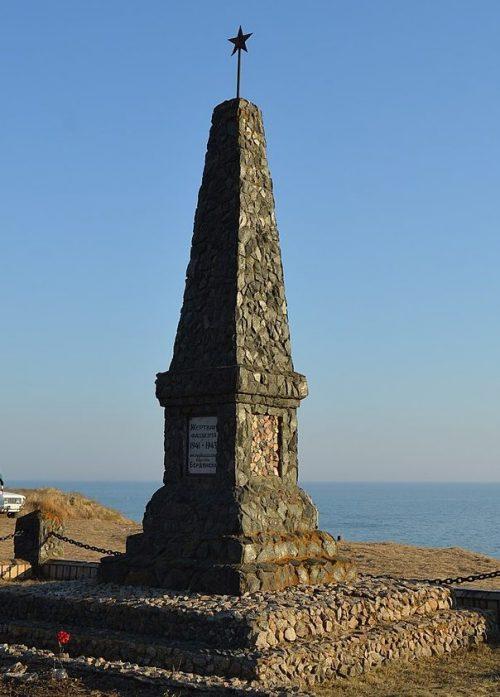 г. Бердянск, Мерликова балка. Памятник, установленный на братской могиле 900 жертв фашизма.