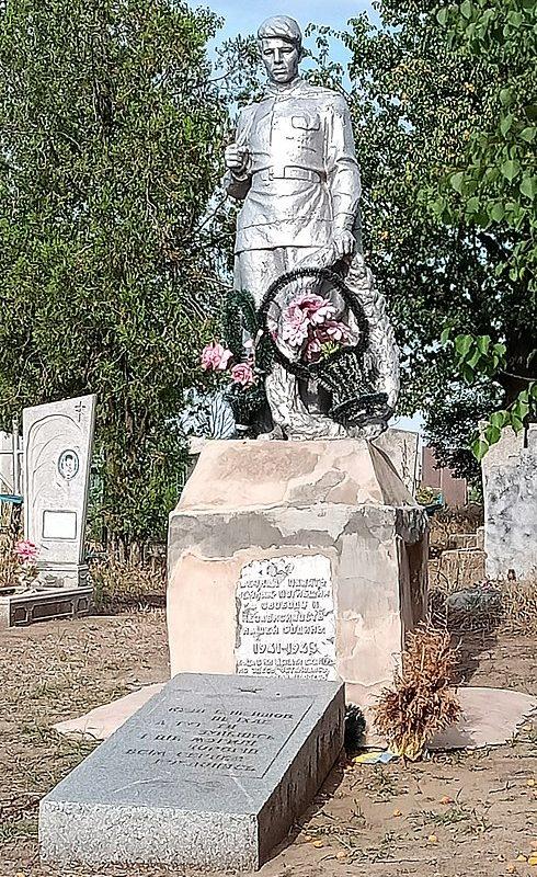 с. Червона криница Ореховского р-на. Памятник на кладбище, установленный на братской могиле, в которой похоронено 14 советских воинов.