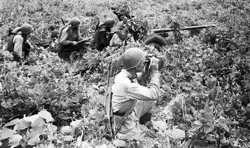 Расчет 45-мм противотанковой пушки на позиции у китайского города Дуньхуа. Август 1945 г.