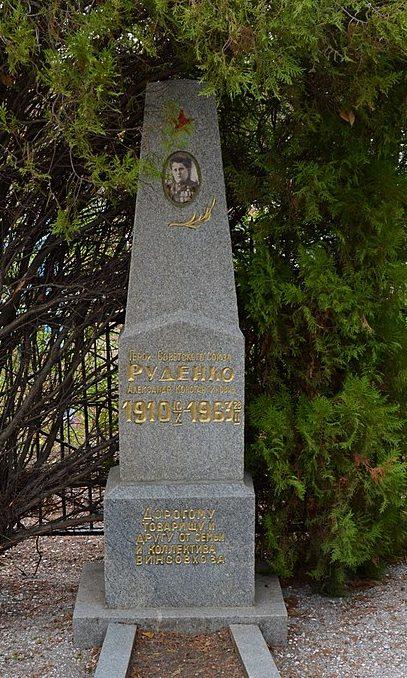 г. Бердянск. Могила Героя Советского Союза М. М. Руденко.
