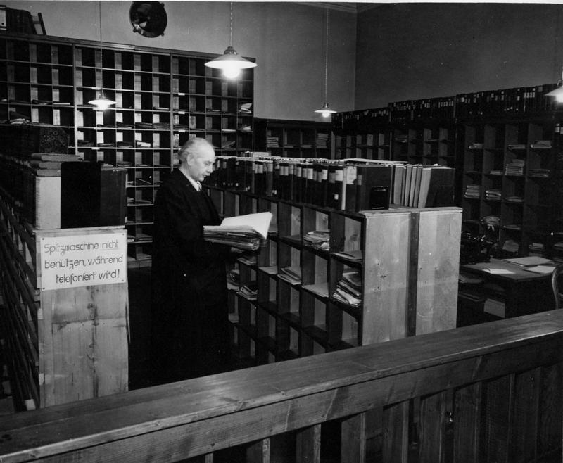 Комната для документов, предоставленная немецкому защитнику на Нюрнбергском процессе. 1945 г.