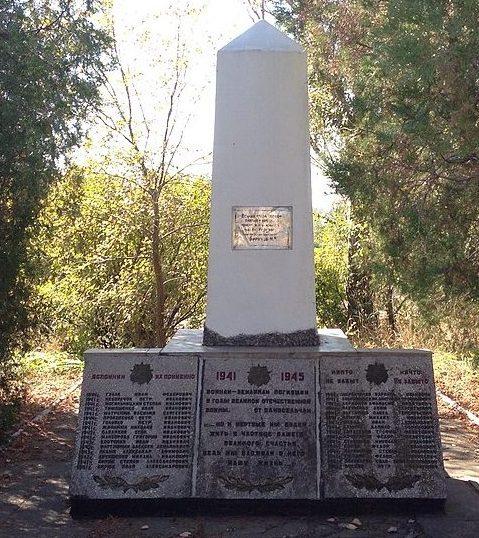 п. Отрадное Запорожского р-на. Братская могила 7 воинов, погибших в боях за поселок и памятный знак погибшим землякам.
