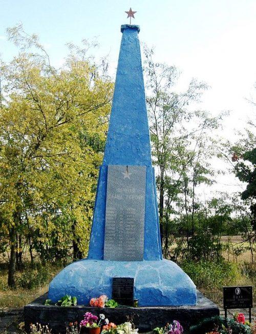 с. Юрковка Ореховского р-на. Памятник на кладбище, установленный на братской могиле, в которых похоронено 84 советских воина.