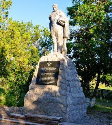 с. Великая Белозерка. Памятник, установленный на братской могиле советских воинов.