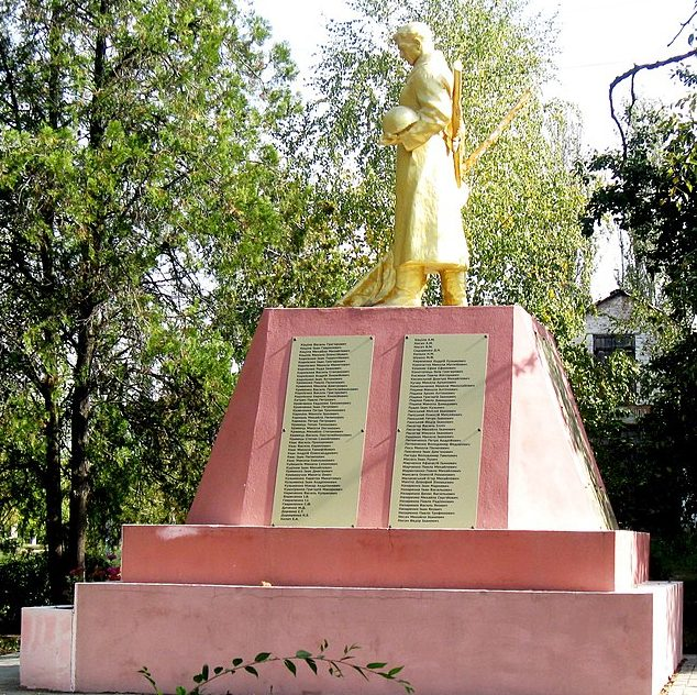 с. Юрковка Ореховского р-на. Памятник у школы воинам-односельчанам, погибшим в годы войны.