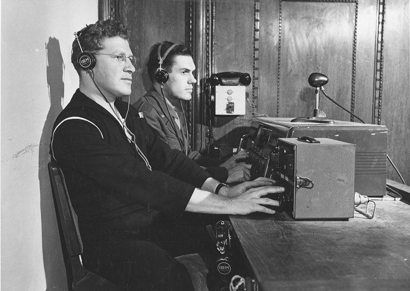 Технический персонал ведет озвучивание и запись заседания. 1945 г.