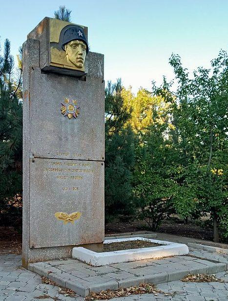 п. Бердянское Бердянского р-на. Братская могила 3 советских воинов.