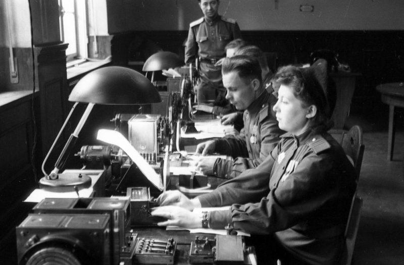 Связисты, обслуживающие представителей Советского Союза на Международном военном трибунале за передачей и приемом информации. 1945 г.