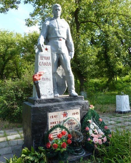 с. Ручаевка Запорожского р-на. Памятник, установленный на братской могиле 12 советских воинов, погибших в боях за село.