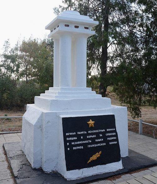 с. Берестове Бердянского р-на. Братская могила у школы, в которой похоронено 13 советских воинов.