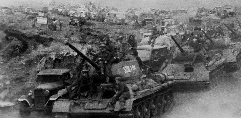 Советская колонна проходит по горному хребту Большой Хинган в Маньчжурии. Август 1945 г.