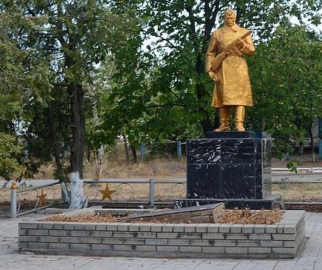 с. Берестове Бердянского р-на. Памятник, установленный на братской могиле, в которой похоронено 14 советских воинов.