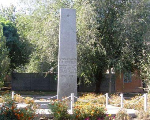 г. Запорожье. Памятник, установленный на братской могиле, в которой похоронено 156 воинов, погибших в боях за город.