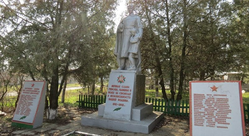 с. Червоноднепровка Запорожского р-на. Памятник, установленный на братской могиле 34 советских воинов и жертв фашизма.