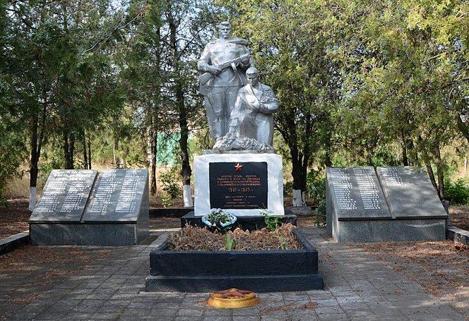 с. Берестове Бердянского р-на. Памятник, установленный на братской могиле, в которой похоронено 16 советских воинов и памятник воинам-односельчанам.