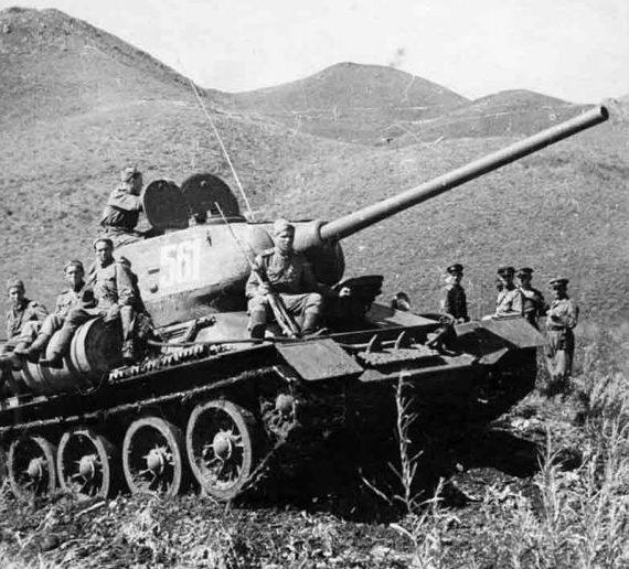 Танкисты преодолевают хребет Большой Хинган. Маньчжурия, август 1945 г.