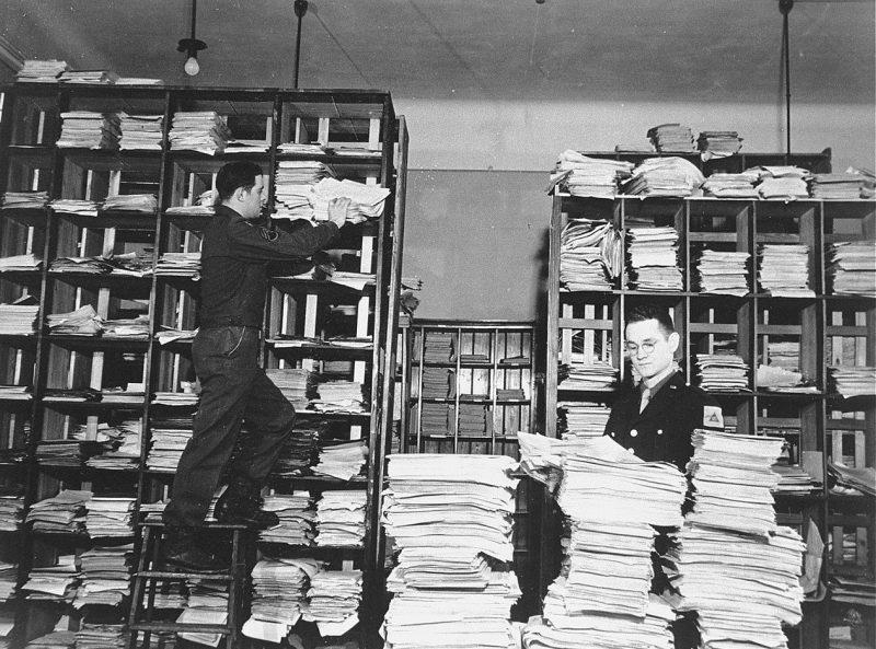 Офицеры армии США с собранными документами доказательств преступлений. 1945 г.
