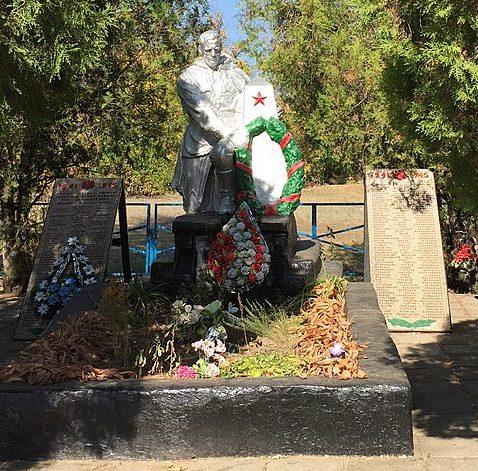 с. Юльевка Запорожского р-на. Памятник, установленный на братской могиле 209 советских воинов, погибших в боях за село и памятный знак погибшим односельчанам.