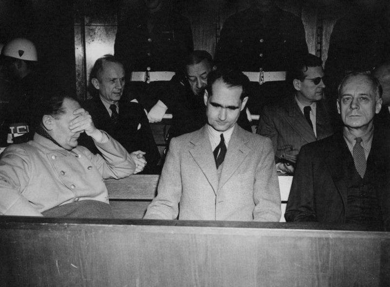 Обвиняемые на процессе. Слева направо: Герман Геринг, адмирал Карл Дениц, адмирал Эрик Рэдер, Рудольф Гесс, Бальдур фон Ширах и Иоахим фон Риббентроп на Нюрнбергском процессе по военным преступлениям. 1945 г.