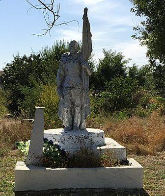 с. Юльевка Запорожского р-на. Памятник у школы, установленный на могиле мл. лейтенанта М.М. Затравкина.