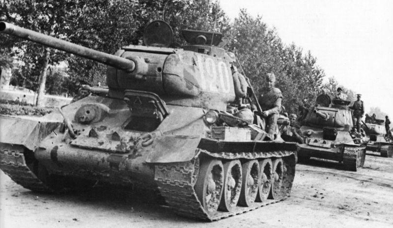 Колонна танков Т-34-85 2-го Дальневосточного фронта в Маньчжурии. Август 1945 г.