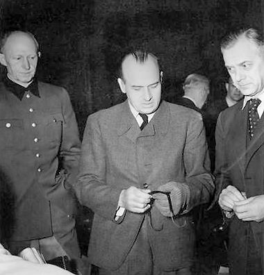 Генерал-полковник Альфред Йодль (слева), Ханс Франк (в центре) и Альфред Розенберг (справа) на Нюрнбергском процессе по военным преступлениям. 1945 г.