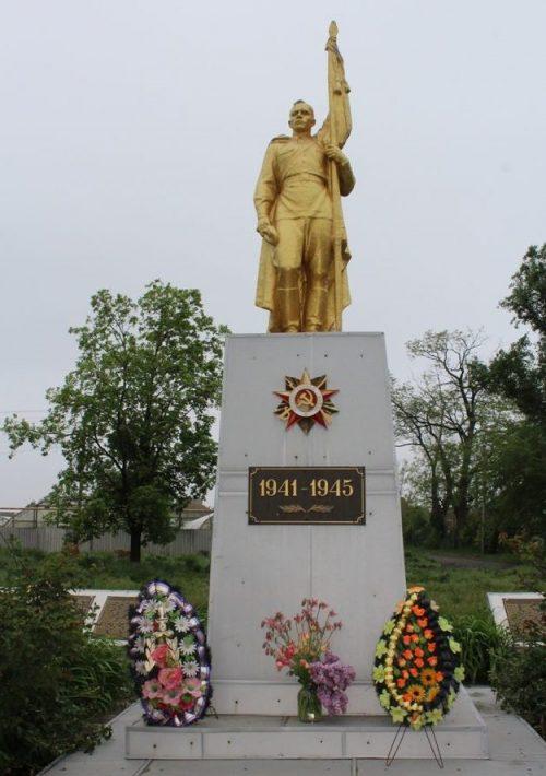 с. Водяное Каменско-Днепровского р-на. Памятник, установленный на братской могиле 281 советского воина, погибших в боях за село и жертв фашизма.