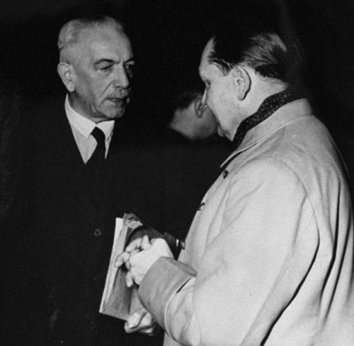 Подсудимые Константин фон Нейрат и Герман Геринг во время перерыва в заседании Международного военного трибунала в Нюрнберге.1945 г.