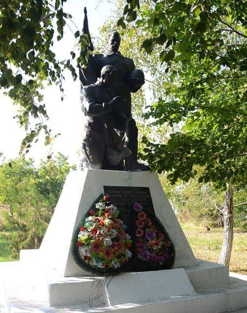 с. Дмитровка Бердянского р-на. Памятник, установленный на братской могиле, в которой похоронено 10 советских воинов.
