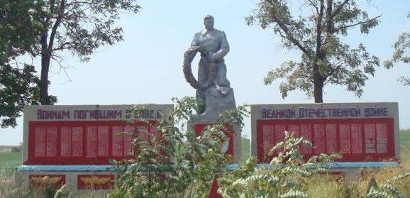 с. Заповитное Каменско-Днепровского р-на. Памятник, установленный на братской могиле, в которой похоронено 1105 советских воинов.