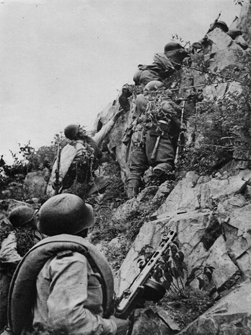 Советские солдаты переправляются через Хинганский горный хребет. Август 1945 г.