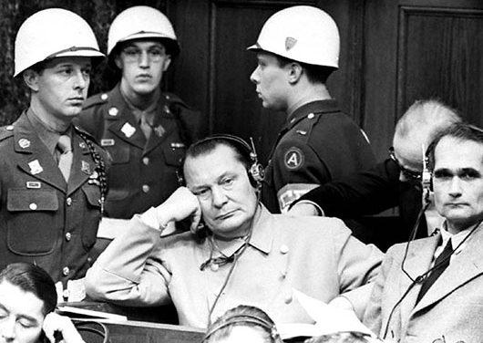 Г. Геринг и Р. Гесс на скамье подсудимых. 1945 г.