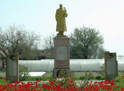 с. Ивановка Каменско-Днепровского р-на. Памятник, установленный на братской могиле 67 советских воинов, погибших в боях за село и памятный знак погибшим односельчанам.