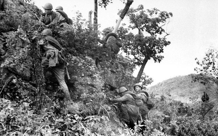 Советские солдаты штурмуют японские укрепления на сопке «Рыжая». Август 1945 г.