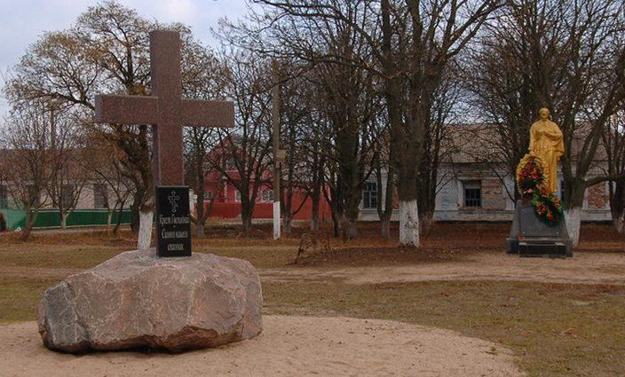 с. Новопетровка Бердянского р-на. Памятник у школы, установленный на братской могиле, в которой похоронено 10 советских воинов.