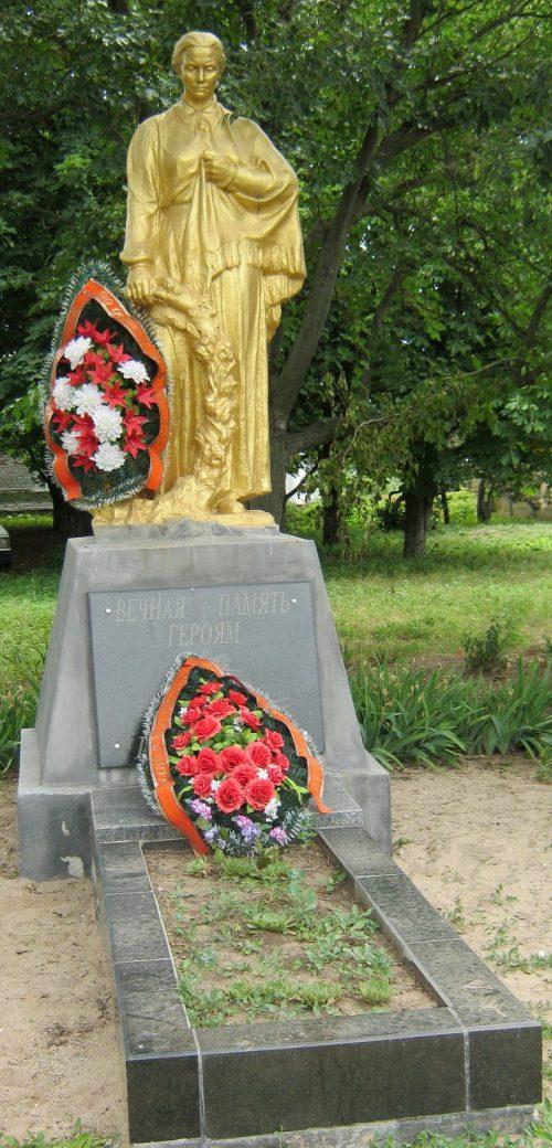 с. Новопетровка Бердянского р-на. Памятник, установленный на братской могиле советских воинов, которые погибли 16 сентября 1943 года.