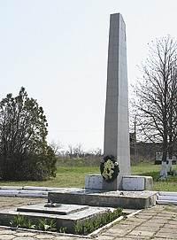 с. Новотроицкое Бердянского р-на. Памятник односельчанам, погибшим при освобождении села.