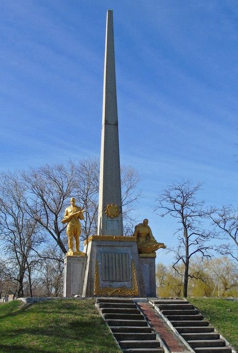 г. Каменка-Днепровская. Памятник воинам-землякам.