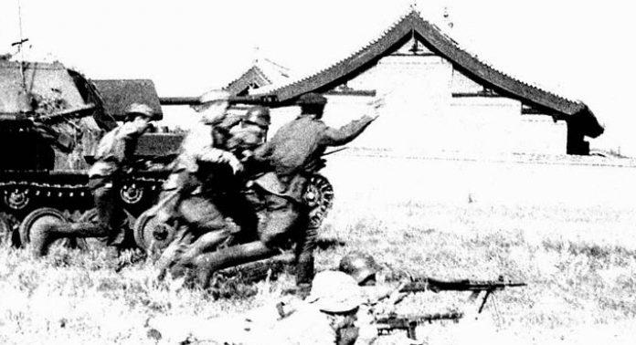 Пехота под прикрытием танков в наступлении. Август 1945 г.