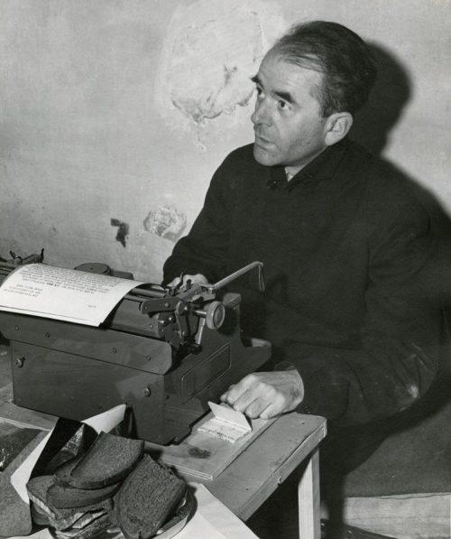 Альберт Шпеер в своей камере в Нюрнберге. 1945 г.