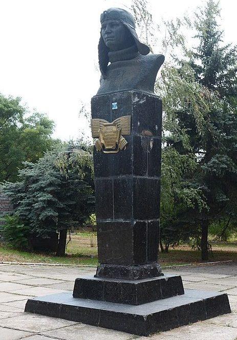 Бюст Героя Советского Союза летчицы П. Д. Осипенко.