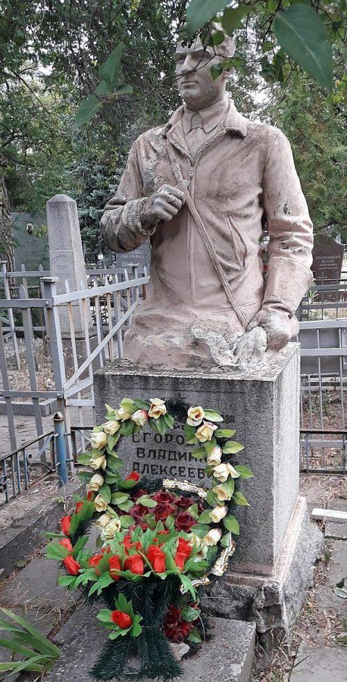 г. Запорожье. Могила В. А. Егоровича - Героя Советского Союза на Южном кладбище.