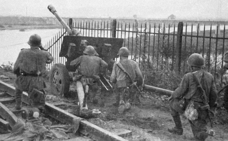 Артиллерийский расчет 1-го Дальневосточного фронта ведёт бой. Август 1945 г.