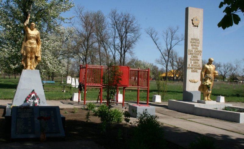 с. Нововодяное Каменско-Днепровского р-на. Памятник, установленный на братской могиле, в которой похоронено 36 советских воинов.