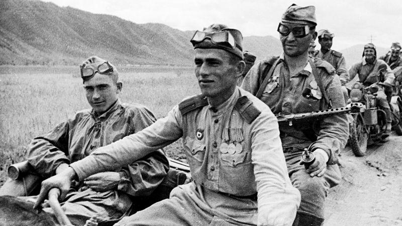Советские мотоциклисты на американских мотоциклах «Харлей-Дэвидсон» на марше. Август 1945 г.