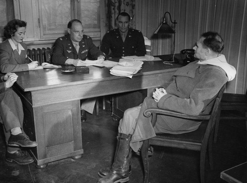 Рудольф Гесс на допросе полковником Джоном Аменом и полковником Смитом Брукхартом. 1945 г.