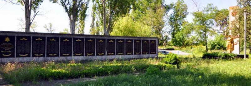 с. Новоднепровка Каменско-Днепровского р-на. Мемориал, установленный на братской могиле, в которой похоронено 266 советских воинов.