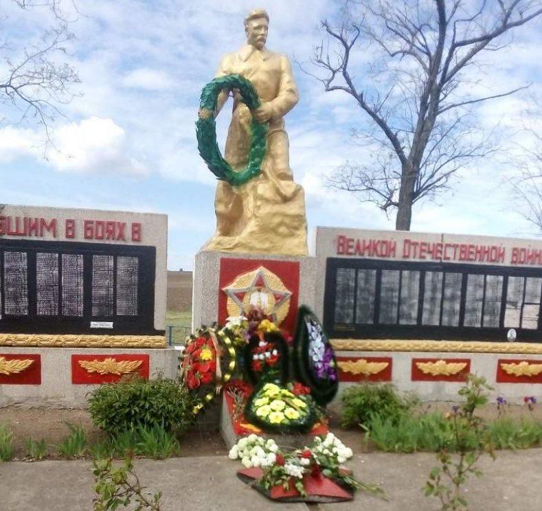 с. Степное (Петровское) Каменско-Днепровского р-на. Памятник, установленный на братской могиле, в которой похоронено 600 советских воинов.