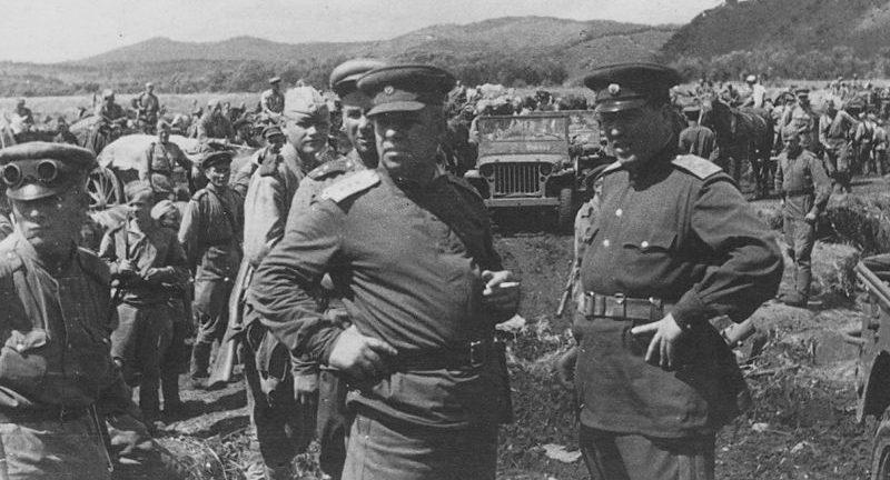 Командующий войсками 5-й армии 1-го Дальневосточного фронта генерал-полковник Н.И. Крылов и член Военного Совета армии генерал-майор И.М. Пономарев в голове колонны советских войск. Август 1945 г.