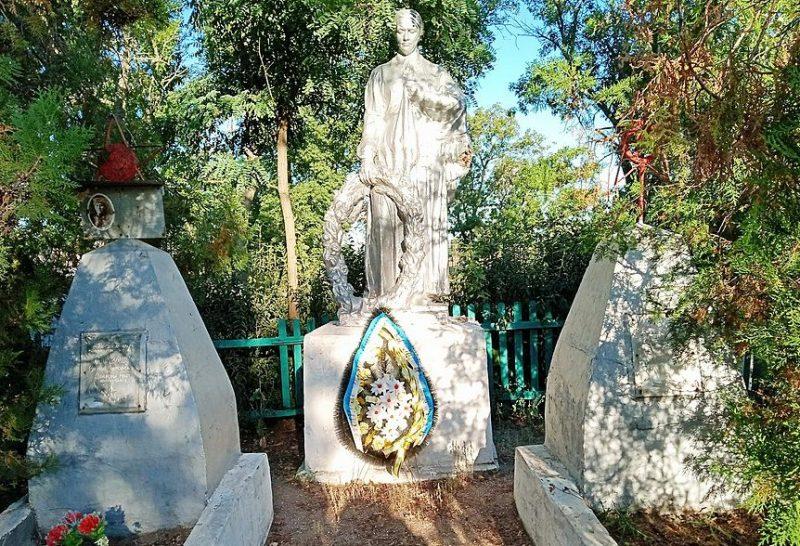 с. Старопетровка Бердянского р-на Памятник у школы, установленный на братской могиле, в которой похоронено 13 советских воинов.